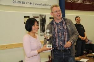 Zhaoqin Peng krijgt de beker uitgereikt door Jeroen Schuil